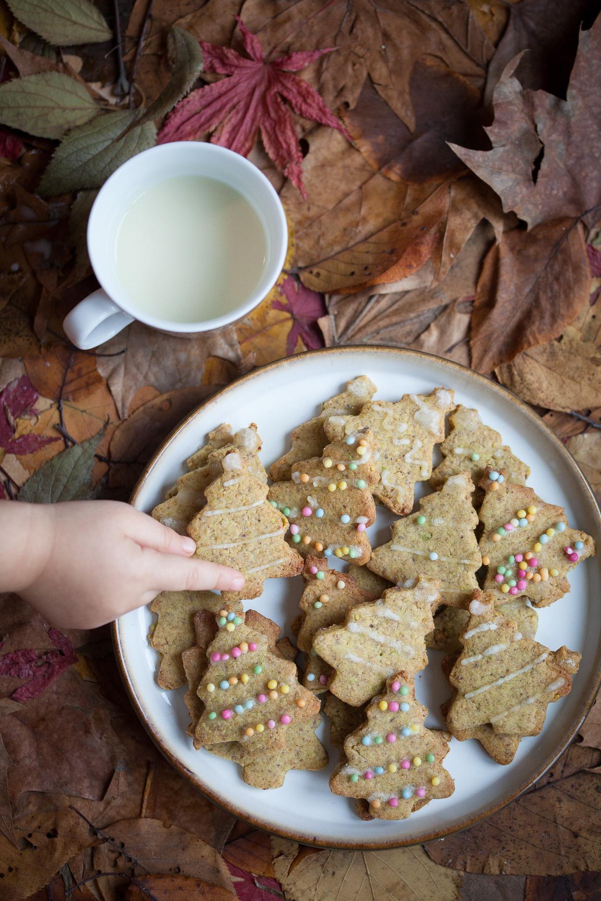 Frollini di Natale ai pistacchi e zenzero mano